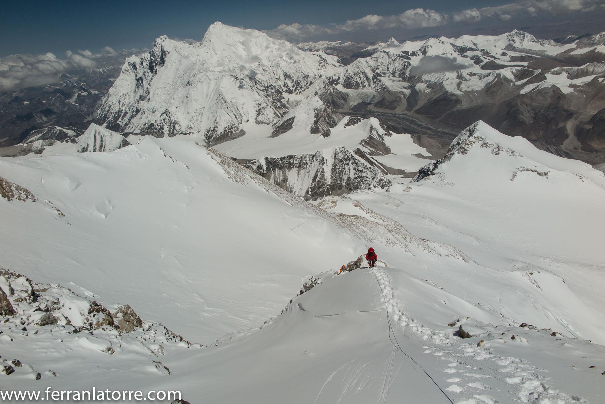 013-Arribant a l'aresta. Everest al fons